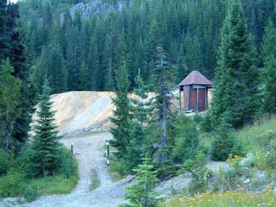 Gold Mine tailings and no trespassing signs